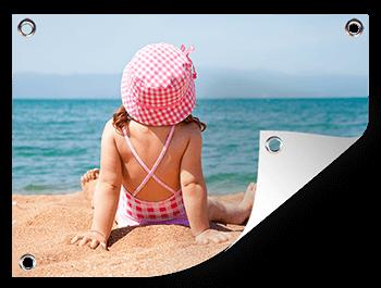 Meisje op strand op tuinposter